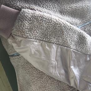 Fineste jakke/fleece i en fin Rosa farve (er mere Rosa i virkeligheden end på billederne). Fejler intet - byd gerne ☀️