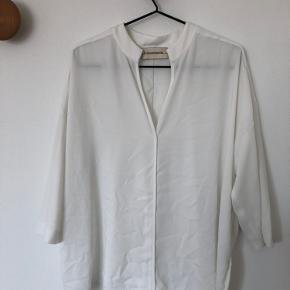 Fineste bluse fremstår som ubrugt.
