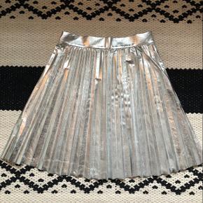 Nederdel fra Zara Obs: den er købt lang, men er blevet klippet kort. Dette kan dog slet ikke ses..  Np: 500