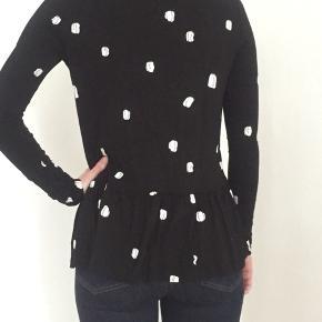 Sort bluse med hvidt mønster.. model: Uma.. brugt en del gange, med fejler intet..