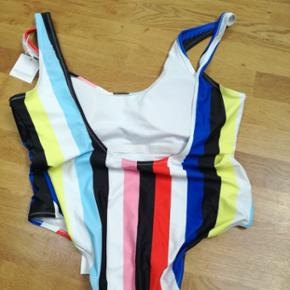 Helt ny Meloonpro badedragt str Xl. I Rainbow. De sidste billeder er for at vise modellen på. Det er den regnbue farvede der er til salg. Ny pris 499 kr.  Kan afhentes på Østerbro eller i Kokkedal. Bud er velkommen