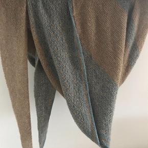 Varetype: Sjal Størrelse: Længe 360 cm Farve: Lys Brun,  Turkis  Håndstrikket sjal i 100 % lammeuld. MobilePay pp. 200 kr. Sendes med Dao