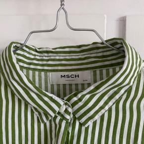 Fremstår som ny!  Stribet skjorte fra Moss Copenhagen i et oversize herre-look. Skjorten har knapper hele vejen og lange ærmer.
