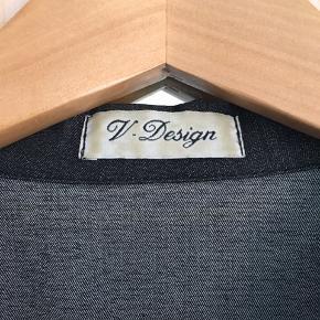 En flot jakke fra V. design, som ikke har nogle mærker for slid, men som er blevet brugt lidt og har stået i skabet i et stykke tid.  // BYD //  Jeg sender med DAO!