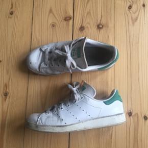 Adidas stan Smith str 37 1/3. De er godt brugte men trænger bare til vask. Der er et lille hul i snuden på den højre.