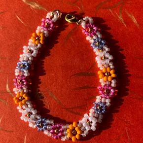 Perle armbånd m blomster  Multi farvede perler Lås: forgyldt messing Ⓜ️ Mål: spørg  💮 Prisen er fast og inkl Porto