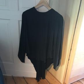 Brugt en enkelt gang.  Super skøn bluse med åben ryg. Den er længere bagpå 😊☀️