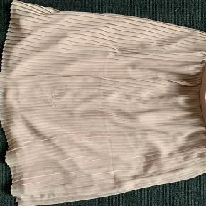 SELECTED femme nederdel str. 38. Der er løbet en tråd for neden, men kun brugt 1 gang til et bryllup for 100 år siden 😂😅 ellers kun hængt i skabet.