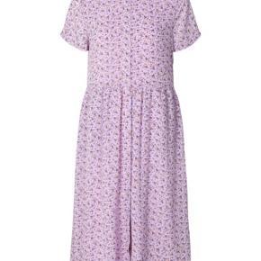 Ny smuk kjole fra Lollys Laundry str. XS men den et rummelig i str. Så en S + lille M vil også kunne passe den 💕🌸