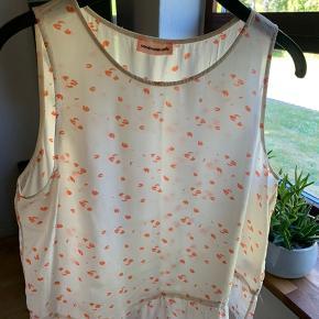 Smukkeste Custommade top, så fin om sommeren eller med en cardigan/ jakke🌸