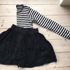 Mads Nørgaard klassisk langærmet t-shirt. Blusen er brugt men stadig fin. Nederdelen er fra Pompdelux - nederdelen er brugt men også stadig rigtig fin.   Sælges kun samlet. Pris 75 kr for sættet. Jeg bytter ikke