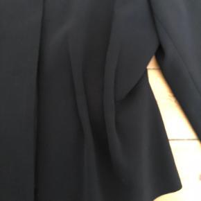 Blazer med lynlås og flotte foldedetaljer, så man får en fin talje både, når den bruges åben og lukket.