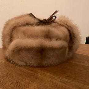 Lækker vinterhat købt ude ved Kopenhagen Fur i Glostrup. Der står str. 56, men jeg har selv et lille hoved og vil derfor mene at den er en str. Xs/s