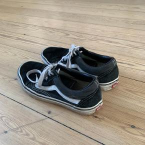 Sælger disse old skool Vans. De trænger egentlig bare til en vask og så er de i rimelig god stand. Jeg skal nok rense dem inden salg!😊  Køber betaler fragt eller mødes i Aarhus C/N🌸  Skriv endelig!