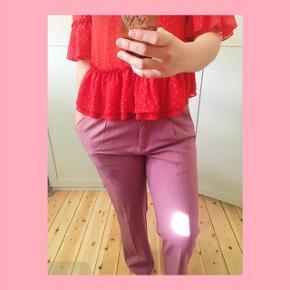 Pris inkl. Fragt!  Mørk lyserøde bukser fra Pieces.  Jeg er selv 1.63 høj, og bukserne går til jorden.  Aldrig brugt. Nypris 350   Kan ikke prøves. Sendes for købers regning (ca.35kr) med DAO.