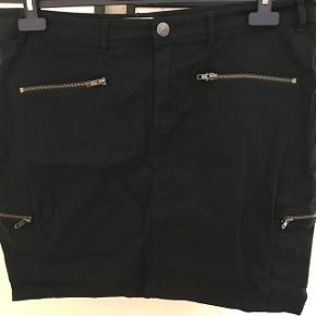 Blå nederdel fra Zizzi str. M (46) - brugt 1 gang og fremstår derfor som ny. Taljemål 49 x 2 Hoftemål 58 x 2 Længde 51 cm  BYD..
