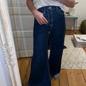 Mørkeblå jeans med store baglommer. De er meget flare i bunden🦋 str. 34 / xs