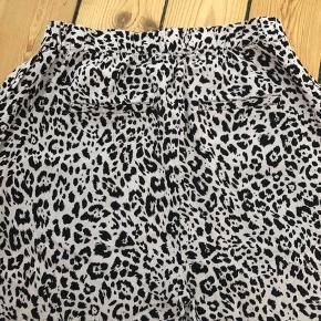Lette sommer bukser i leo print.  Elastik i taljen og lommer foran samt snydelommer bagpå.   Matchende top   Kan sendes eller afhentes i Rødovre.