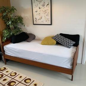 Super fin retro-seng i teaktræ. Sælges pga. flytning og fejler intet.