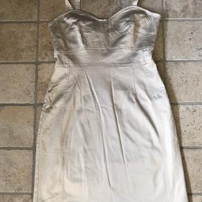 Kort stop kjole i lys guld Kan afhentes i Korsør eller Køge.  Sendes gerne(køber betaler)