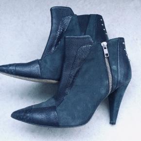 Cool rockabilly ankelstøvlet i læder fra Designers remix. Fede detaljer med lædermix og nitter. Str er 38 og meget str svarende, lidt til den store side. Nypris ca 1299kr