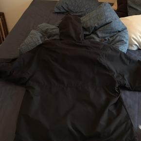 Carhartt jakke  Str. XL Vindtæt og vandafvisende Brugt nogle sæsoner, men fejler intet og fremstår i rigtig fin stand, kun maling på selve lyner i lynlåsen  der har mistet maling.