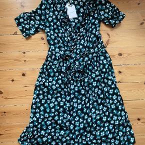 Flot Nue Notes slå-om kjole. Sort med grønne blomster og korte ærmer. Aldrig brugt, stadig med mærke.