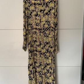#Secondchancesummer  Super fin kjole med blomsterprint fra Mads Nørgaard.  Stoffet er skredet lidt nederst i kjolen ved knaphullet, men indvendigt, hvorfor man ikke bemærker det. Det kan ses på de sidste tre billeder.  Dejlig behagelig og blød i stoffet.   Der står str. 40 i kjolen, men selv er jeg er str. 42 og passer den fint.