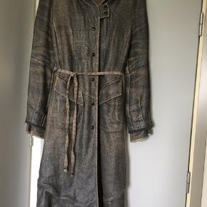 Lækker frakke fra Munthe plus Simonsen med mange fine detaljer. Grå med sølvskær