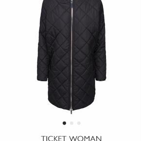 Varetype: Jakke Farve: Sort Oprindelig købspris: 1500 kr.  Er perfekt til overgangs jakke. Er vindtæt og varm.  Er brugt ca 2-3 gange. Fejler intet.