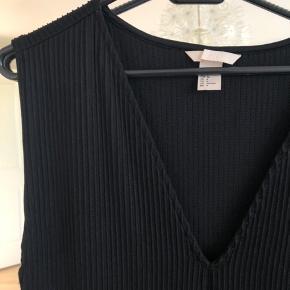 Super fin sort kjole fra H&M.  Kjolen er lang og med v-hals. Har desuden slids i begge sider.  Jeg har aldrig brugt den og den er derfor som ny.  Skriv for flere billeder :)