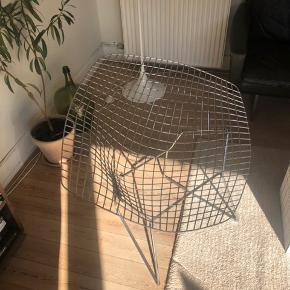 Sælger en original Harry Bertoia Diamond chair i forkromet stål. Stolen er produceret af Knoll.