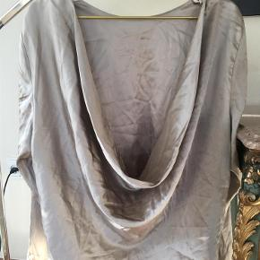Varetype: Fest Farve: Dådyr Oprindelig købspris: 2200 kr. Prisen angivet er inklusiv forsendelse.  Smukkeste bluse med vandfald i ryggen og tætte ærmer.