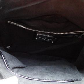 lækker taske i ægte læder.rummelig.