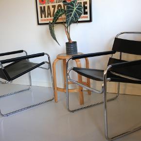 Bauhaus design, To gode, rigide lænestole i lækre materialer. Læderet har lidt patina (se billeder) i form af overflade ridser og det ene armlæn er gået lidt op i syningen, pga. pilfingre. Derfor den lave pris. Men stadig et par super lækre, minimalistiske stole.