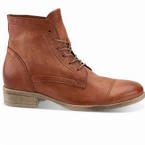 Flade støvler i den flottere varme cognac brune farve. Skindet er tyndt og meget blødt. Jeg blev så begejstret at jeg købte to par, hvilet nok var lige i overkanten :) Nypris 1000 kr.  Mærket er B&Co.