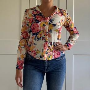 Vintage blomsterskjorte sælges 🌸🌼🌚  Kan prøves afhentes på Nørrebro eller sendes med DAO, hvor køber betaler fragt 💕