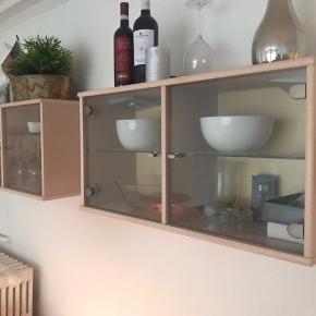 2 stk væghængte vitrineskab med indbygget lys