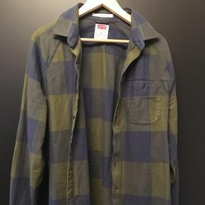 Grønternet skjorte fra Levis. Forholdsvis tyk i materialet.