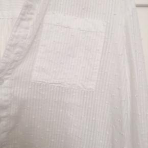 Oversized skjorte fra Etc Etc Copenhagen. Lidt længere bagtil. En lomme på brystet, smalle ærmer.  Aldrig brugt. Bytter ikke. Kan sende med DAO, køber betaler fragt.