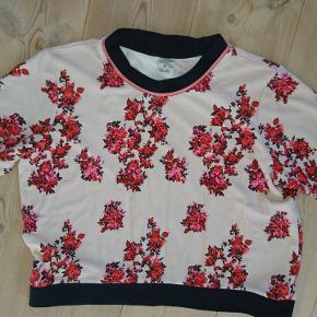 Fin kortærmet cropped bluse i sweatshirt kvalitet fra Baum und pferdgarten. Bemærk den fine satinkant ved halskanten.