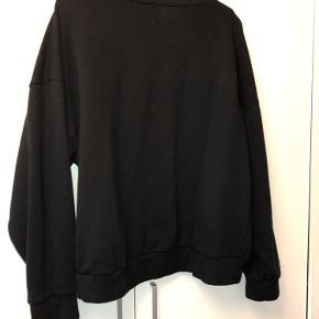 Sort kort sweatshirt med hvid skrift fra Gina Tricot. Brugt og vasket nogle gange hvilket kan ses, men ellers i pæn stand - fejler intet. Afhentes i Hellerup eller sendes med DAO.