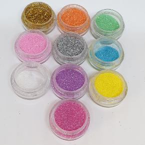 Glimmer til gelenegle, akrylnegle eller shellack. Næsten ikke brugt. 10 kr. Stk. (Hvid 5 kr. Da der er brugt en del) Alle 10 farver for 80 kr.
