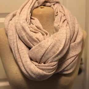 Lækkert tubetørklæde i fint strik. Farven er svag lyserød og tørklædet måler ca. 180 x 130 cm.  Byd :-)