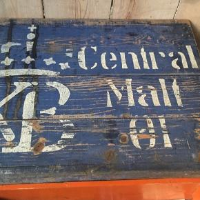 Vintage gammel kasse til opbevaring, sælges for 150 har 2 mere i mindre i rød og orange. Sælges sammen for 450. Kan hentes ved Amagerbro.