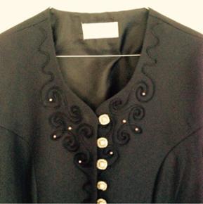 Super cool Vintage jakke i mørkeblå med masser lækre detaljer der giver et feminint militær look.