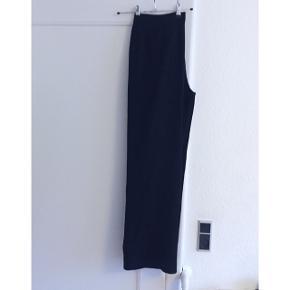 Sorte vintage bukser med brede ben. Lukkes med knap og lynlås, og har skrå lommer i siderne. Sender gerne med DAO :)