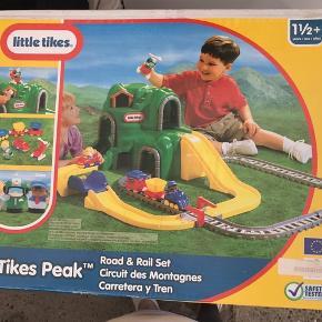 Little Tikes. Ny kæmpe togbane, vej, bjerg med tunneller og broer. Indeholder også figurer, tog, bil og helikopter. Stadigvæk indpakket i original emballage. Fra 1 1/2 år