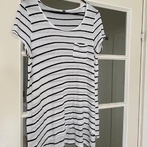 Fin stribet oversize tshirt. Lang model.  Størrelse M (men den er oversize) fra H&M.  Aldrig brugt og er som ny. Spørg endelig efter flere billeder.  Kom med et bud. Mængderabat gives ved køb af flere dele.  Sender gerne på købers regning.