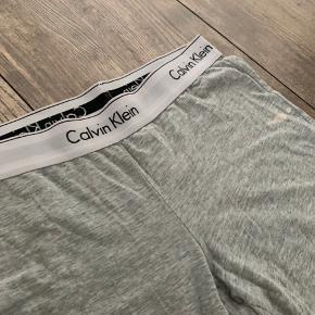 ~ Natbukser fra Calvin Klein, bukserne er i god stand men har dog en misfarvning og sælges derfor billigt.  ~ Str XS  ~ For flere billeder skriv privat 😊  ~ Sender gerne på købers bekostning